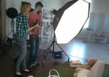 Нужно было срочно по фотографировать продукцию, для журнала. Сняли комнату на 1 час. Работники все - фото (498-27414)
